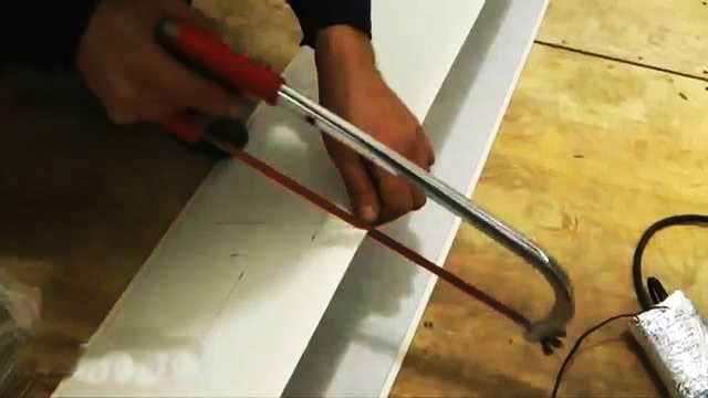 резка панели ножовкой