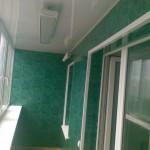 Отделка балкона зелеными ПВХ панелями